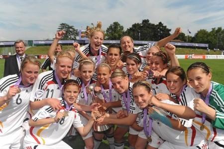 A Alemanha festeja a vitória categórica na final do Campeonato Europeu Feminino de Sub-17 (©sportsfile)