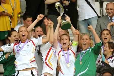As jogadoras alemãs comemoram a conquista de mais um título (©sportsfile)