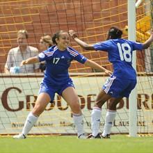 Anaïs Ribeyra (à esquerda) comemora o segundo golo com Makan Traoré (©sportsfile)