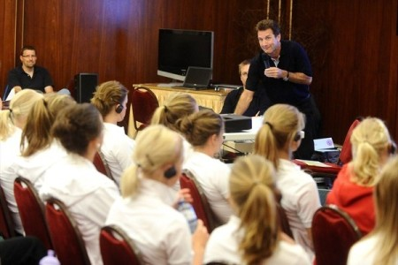 Jean-Luc Vauthey alerta as jovens norueguesas para os malefícios do doping (©sportsfile)