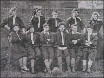 NORTH LONDON: O time do norte de Londres na partida de 23 de março de 1895. Nettie Honneyball é a segunda de pé à esquerda.